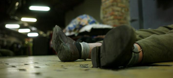 O νέος νόμος στοχοποιεί τους άστεγους, απαγορεύοντας τον ύπνο σε δημόσιους χώρους (Φωτογραφία: AP/Bela Szandelszky)
