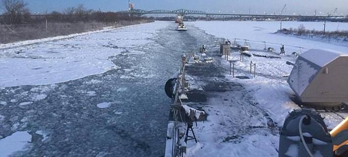 To USS Little Rock «κολλημένο» στον πάγο, στο κανάλι του Αγίου Λαυρεντίου (Φωτογραφία: Facebook)