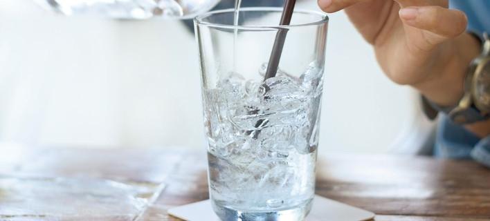 Ενα ποτήρι με νερό και πολλά παγάκια, Φωτογραφία: Shutterstock
