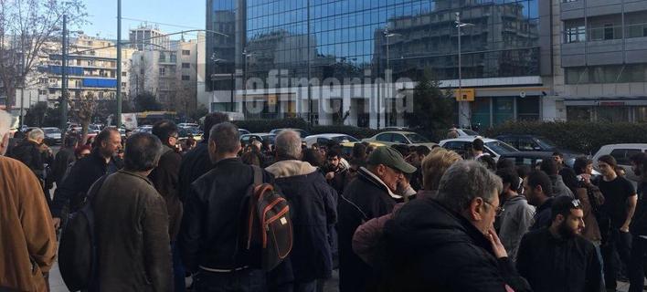 Διαμαρτυρία μελών της ΛΑΕ έξω από τη ΓΑΔΑ [εικόνες & βίντεο]