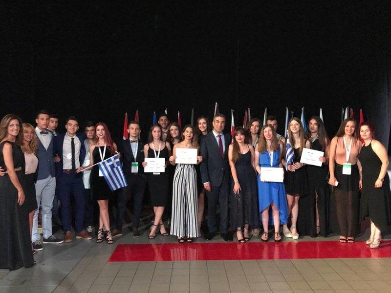 Οι νικητές με τους καθηγητές τους που τους συνόδευσαν στο Βελιγράδι