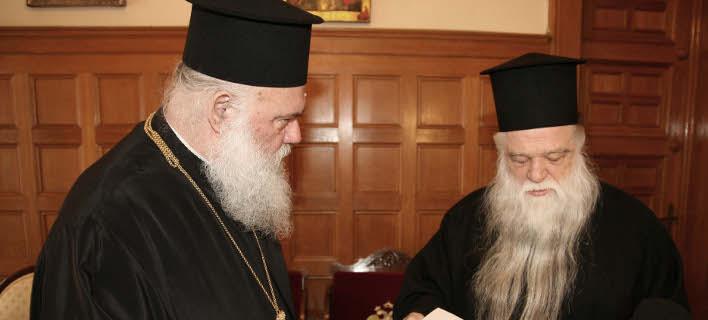 Ο Αρχιεπίσκοπος Αθηνών ΙΕρώνυμος (αριστερά) και ο Μητροπολίτης Καλαβρύτων Αμβρόσιος (δεξιά) ΧΡΗΣΤΟΣ ΜΠΟΝΗΣ/EUROKINISSI