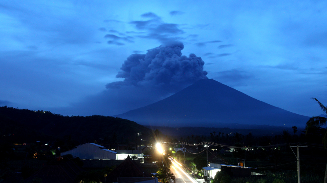 Το ηφαίστειο Αγκούνγκ στο Μπαλί της Ινδονησίας βρυχάται ξανά -Φωτογραφία: AP Photo/Firdia Lisnawati
