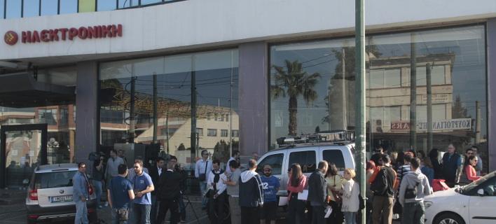 Εργαζόμενοι έξω από την Ηλεκτρονική Αθηνών/Φωτογραφία αρχείου: Eurokinissi