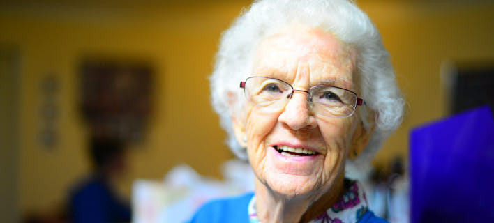 ηλικιωμένη γυναίκα, χαμογελαστή/Φωτογραφία: pexels