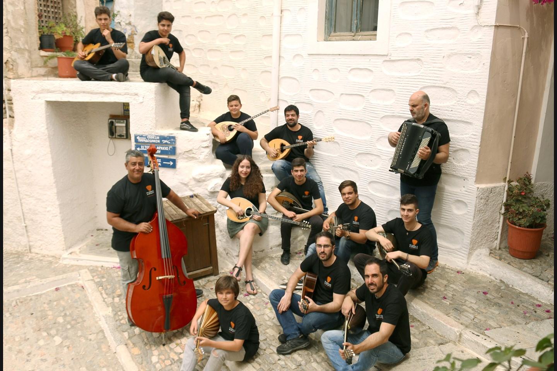 Το μουσικό σύνολο από τη Σύρο