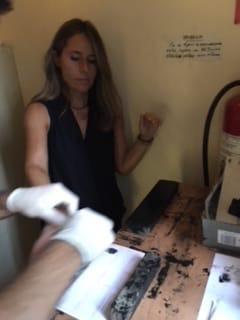 Η δημοσιογράφος Κατερίνα Γαλανού τη στιγμή που δίνει αποτυπώματα.