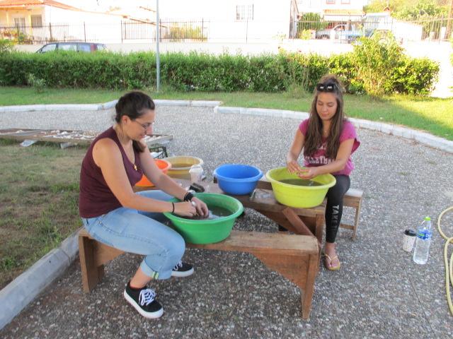 Οι φοιτήτριες Αρχαιολογίας Μαρία Μιχελάκη και Παναγιώτα Μανταβάνου εργάζονται για την προετοιμασία των αρχαίων οστρέων από τον αρχαιολογικό χώρο των Αβδήρων