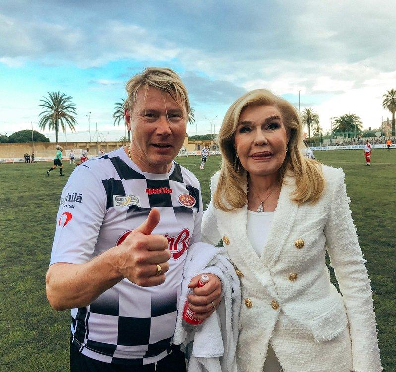Η κυρία Μαριάννα Β. Βαρδινογιάννη με τον πρώην παγκόσμιο πρωταθλητή της Formula 1  Μika Hakkinen