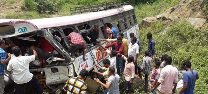 Τραγωδία στην Ινδία: Λεωφορείο έπεσε σε χαράδρα -55 νεκροί [εικόνες]