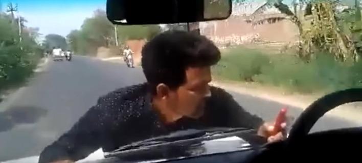 Εξαγριωμένος διαδηλωτής κρέμεται σε καπό αυτοκινήτου για 4 χιλιόμετρα [βίντεο]