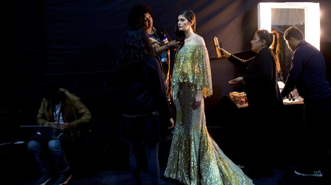 Οι τελευταίες πινελιές σε μοντέλο πριν βγει στην πασαρέλα για την εβδομάδα μόδας στο Νέο Δελχί της Ινδίας -Φωτογραφία: AP Photo/Manish Swarup