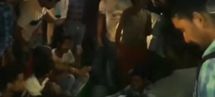 Τρένο έπεσε πάνω σε πλήθος στην Ινδία