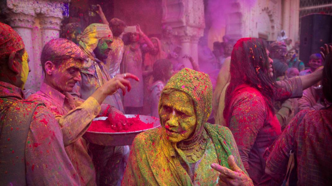 Αλευρομουτζουρώματα -όχι στο Γαλαξίδι, αλλά σε θρησκευτική γιορτή στην Ινδία – Φωτογραφία: AP Photo /Manish Swarup