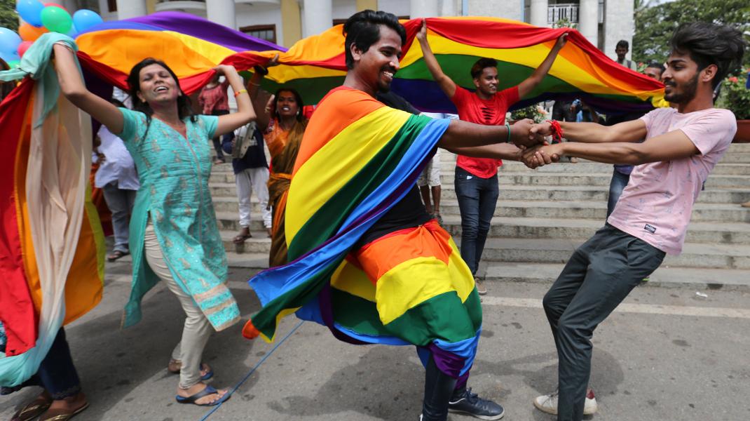 Ινδία: Μέλη της LGBT κοινότητας πανηγυρίζουν για την απόρριψη νόμου που προέβλεπε 10ετή φυλάκιση των ομοφυλόφιλων -Φωτογραφία: AP Photo/Aijaz Rahi