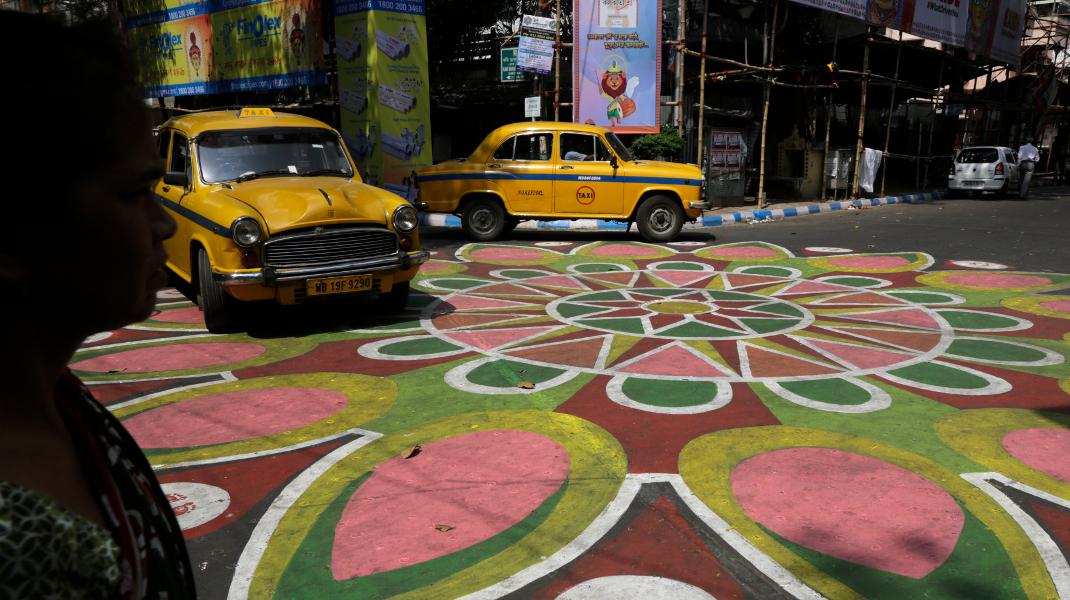 Στην Ινδία έβαψαν τους δρόμους ενόψει του φεστιβάλ Χιντού -Φωτογραφία: AP Photo/Bikas Das