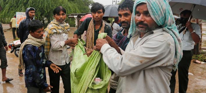 Χιλιάδες έχουν εγκαταλείψει τα σπίτια τους/Φωτογραφία: Ajit Solanki/AP