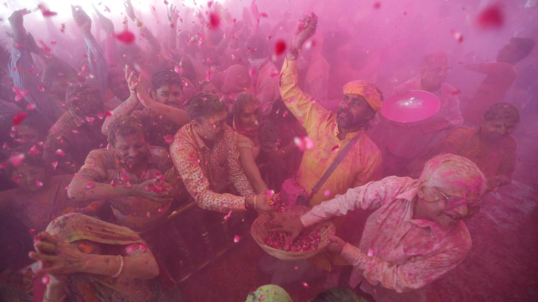 Κάτι σαν τα... αλευρομουτζουρώματα στο Γαλαξίδι, έχουν και στην Ινδία προς τιμήν του θεού Hindu - Φωτογραφία: AP Photo/Ajit Solanki