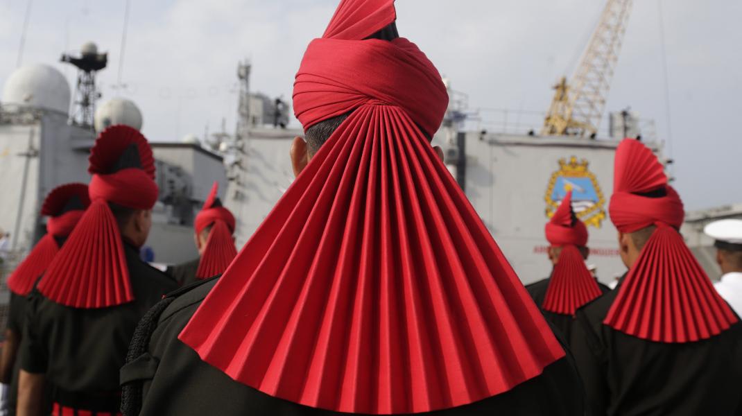 Κι όμως, είναι η εμφάνιση των ανδρών του πολεμικού Ναυτικού της Ινδίας -Φωτογραφία: AP Photo/Rafiq Maqbool