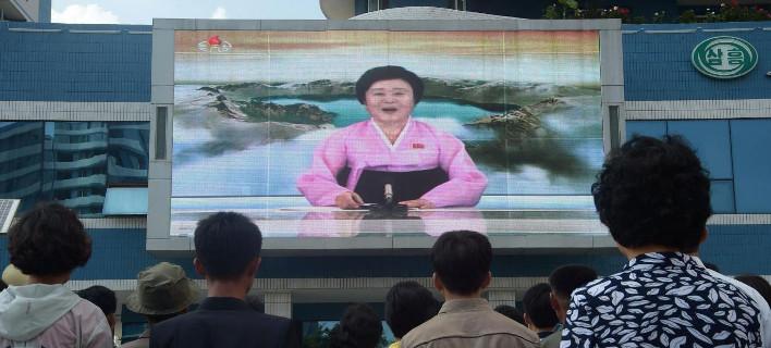 Γιατί το ίντερνετ έχει πάθει εμμονή με την παρουσιάστρια της Βόρειας Κορέας -Η «pink lady» του Ψυχρού Πολέμου [εικόνες]