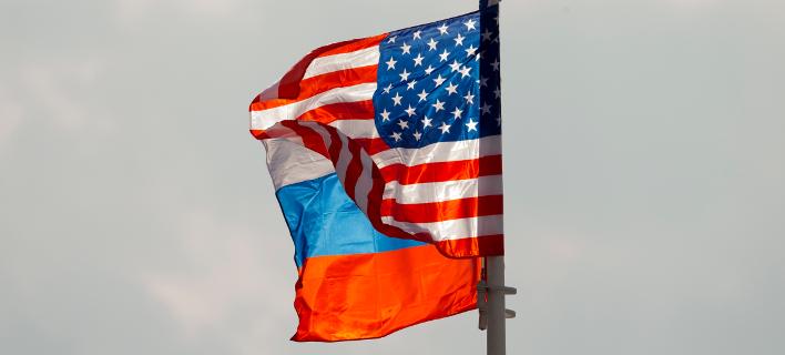 Oι σημαίες ΗΠΑ και Ρωσίας/ Φωτογραφία: ΑΡ
