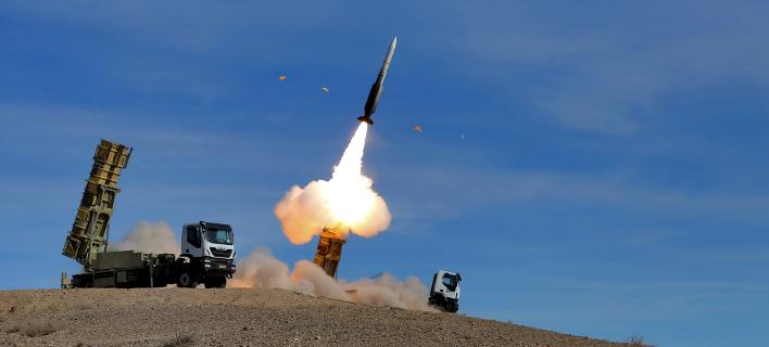 Πύραυλος Sayyad 2 εκτοξεύεται από σύστημα αεράμυνας στη διάρκεια άσκησης στο Ιράν (Φωτογραφία: ΑΡ/Iranian army)