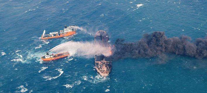 Εδώ και μία εβδομάδα καίγεται το ιρανικό δεξαμενόπλοιο. Φωτογραφία: AP