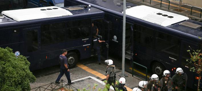 Υπό δρακόντεια μέτρα ασφαλείας μεταφέρθηκε η Ηριάννα Β.Λ. στο δικαστήρίο -Φωτογραφία: Intimenews