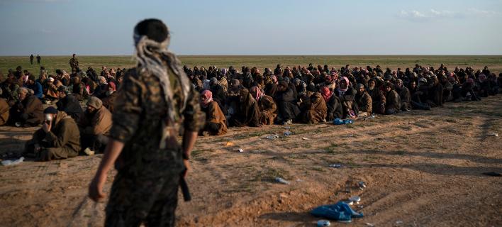 Γυναικόπαιδα που φεύγουν από το τελευταίο προπύργιο του ISIS/ Φωτογραφία: AP