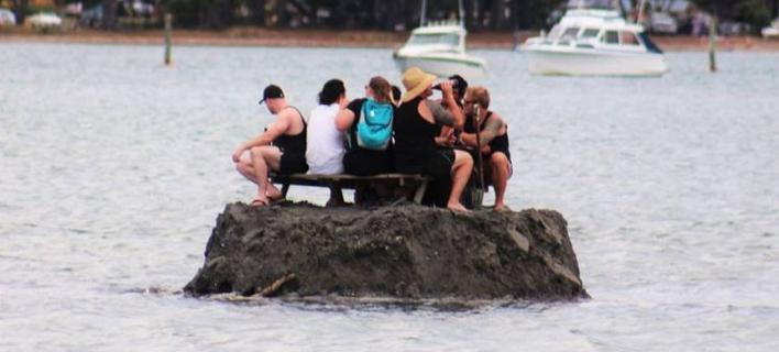 Φωτογραφία: Facebook/ Η απίστευτη ιδέα που είχε μία παρέα στην Νέα Ζηλανδία να γλιτώσει την απαγόρευση ποτού από τις αρχές την Πρωτοχρονιά [εικόνες]