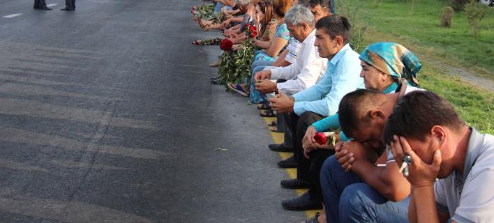 Σαν την Κορέα: Χιλιάδες Ουζμπέκοι κλαίνε τον νεκρό πρόεδρο Ισλάμ Καρίμοφ [εικόνες]