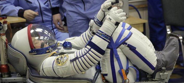 Αστροναύτης ετοιμάζεται για το ταξίδι στον ISS (Φωτογραφία: AP/ Dmitri Lovetsky)