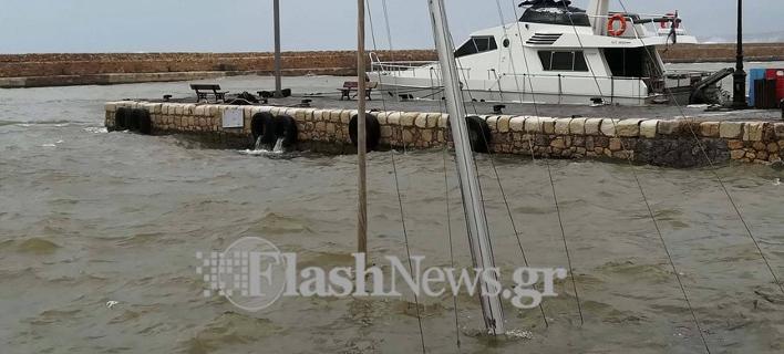 Βυθίστηκε ιστοφόρο στα Χανιά (Φωτο: flashnews.gr)
