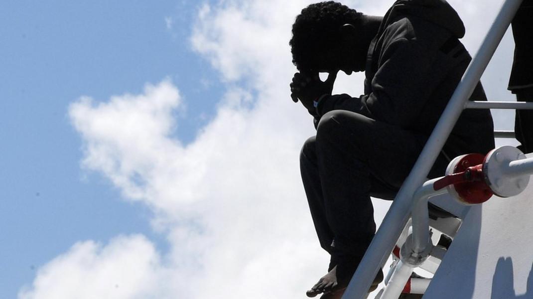 Μετανάστης στην Ιταλία, ψάχνει ουρανό - Φωτογραφία: EPA/CIRO FUSCO
