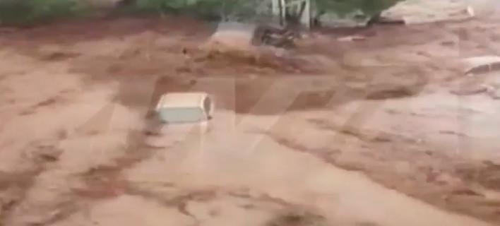 Σοκ: Νέα Πέραμος -Ορμητικά νερά παρασύρουν και καταπίνουν ΙΧ [βίντεο]