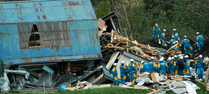 Tα σωστικά συνεργεία δίνουν μάχη με τον χρόνο για τον εντοπισμό επιζώντων στο Χοκάιντο (Φωτογραφία: ΑΡ)