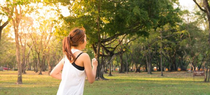 γυναίκα γυμνάζεται, τρέχοντας στο δάσος/Φωτογραφία: pexels