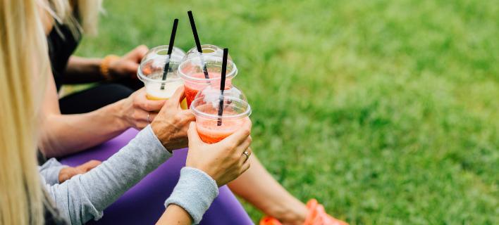 Τρεις γυναίκες πίνουν χυμό, Φωτογραφία: Shutterstock/By Iryna Inshyna