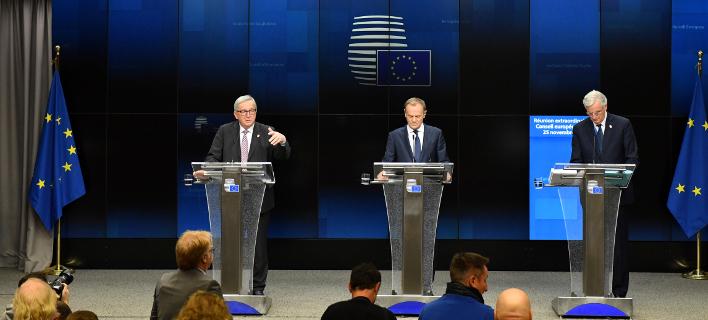 Οι πρόεδροι της Κομισιόν και του Ευρωπαϊκού Συμβουλίου και ο διαπραγματευτής της ΕΕ για το Brexit, Γιούνκερ, Τουσκ και Μπαρνιέ (Φωτογραφία: ΑΡ/Geert Vanden Wijngaert)