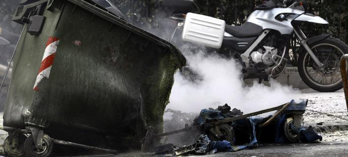Εβαλαν φωτιές σε κάδους και αυτοκίνητα στην Ακαδημίας -Επίθεση στα ΜΑΤ στη Χ. Τρικούπη