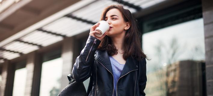 Γυναίκα πίνει καφέ /Φωτογραφία: Shutterstock
