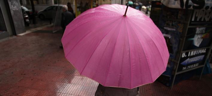 Απαραίτητη η ομπρέλα σε αρκετές περιοχές σήμερα (Φωτογραφία: EUROKINISSI/ΓΙΑΝΝΗΣ ΠΑΝΑΓΟΠΟΥΛΟΣ)