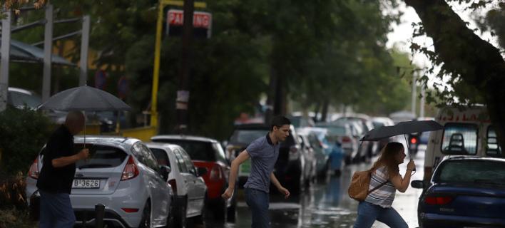 Απαραίτητη θα είναι η ομπρέλα σε πολλές περιοχές την Πέμπτη (Φωτογραφία: EUROKINISSI)