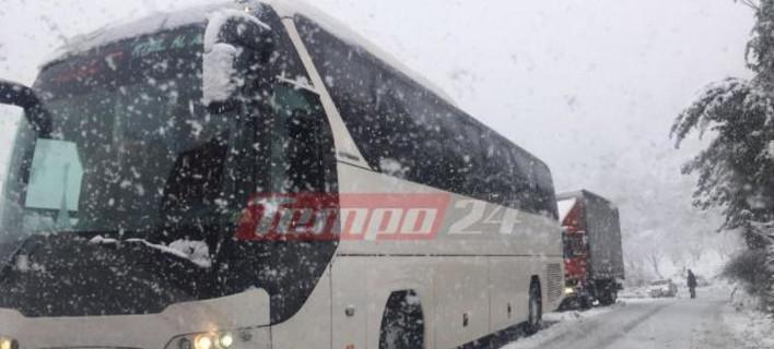 Καλάβρυτα: Απεγκλωβίστηκαν οι επιβάτες λεωφορείου που ακινητοποιήθηκαν από το χιονιά