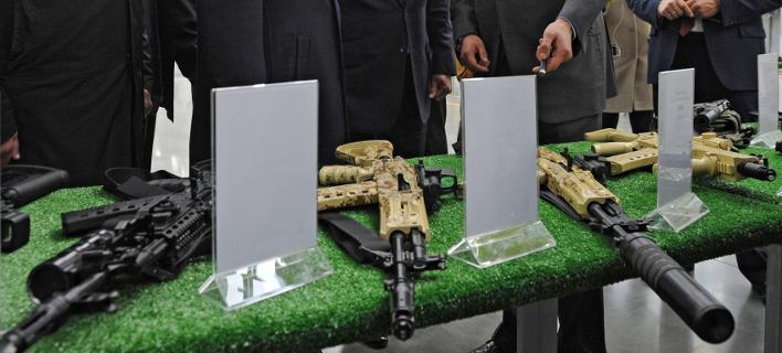 Φτηνότερα δίνει σε δημοσιογράφους τα όπλα του ο όμιλος «Καλάσνικοφ» (Φωτογραφία: AP/ Mikhail Klimentyev)