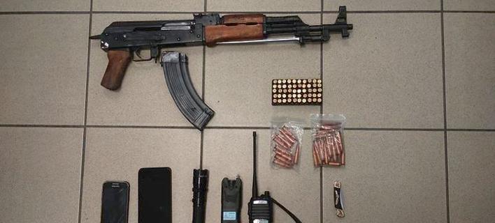 Kalashnikov, γεμιστήρας, 96 φυσίγγια, σουγιάς, πομποδέκτης, συσκευή ηλεκτρικής εκκένωσης// ΦΩΤΟΓΡΑΦΙΑ: ΑΠΕ-ΜΠΕ