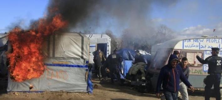 Γαλλία: Συμπλοκές στη ισοπεδωμένη Ζούγκλα του Καλαί -100 ανήλικοι πρόσφυγες ήρθαν στα χέρια