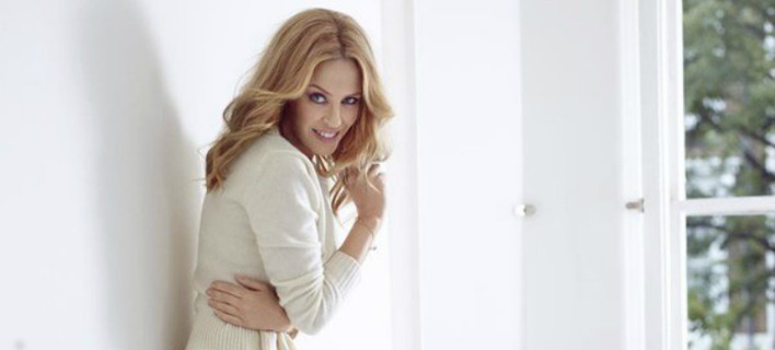 Διάσημη τραγουδίστρια σε αισθησιακές πόζες στο κρεβάτι της