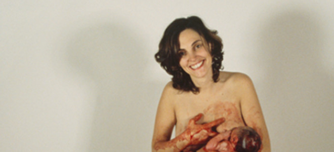 Η γέννα όπως ακριβώς είναι: Καλλιτέχνις φωτογραφιζόταν την ώρα που γεννούσε το παιδί της [εικόνες & βίντεο]