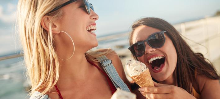 Κοπέλες τρώνε παγωτό /Φωτογραφία: Shutterstock/Jacob Lund
